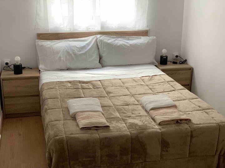 Habitación con cama doble de 1,35cm.