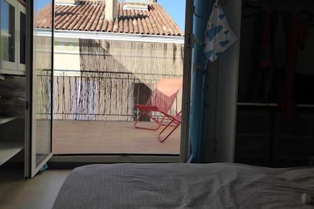 Chambre avec terrasse privative à 2 mn de la plage - Toulon - Apartemen