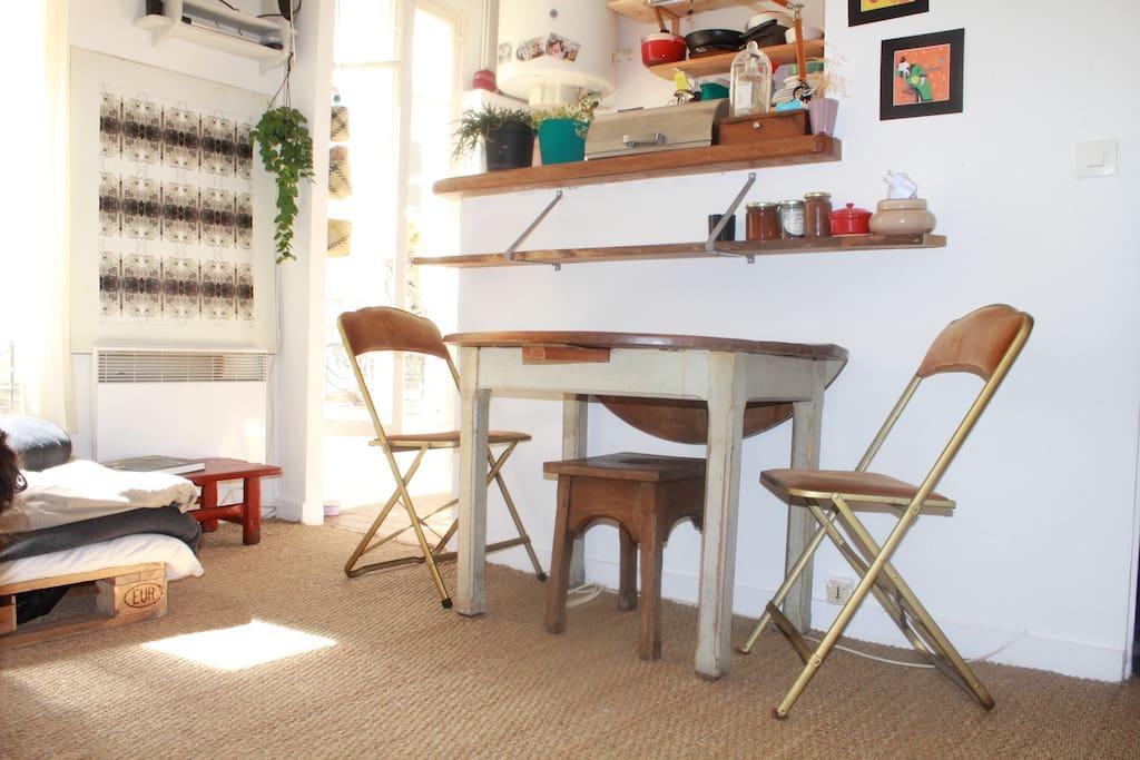 table pliante / peut accueillir 5 convives.