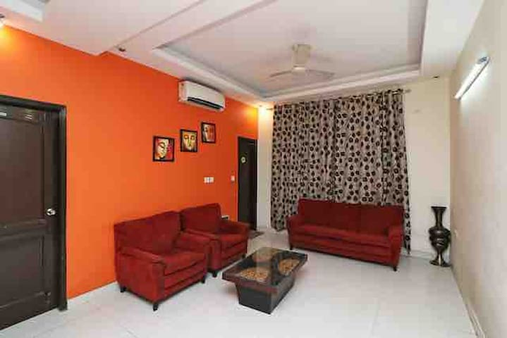 Noida 4 rooms and hall for Upto 20 pax