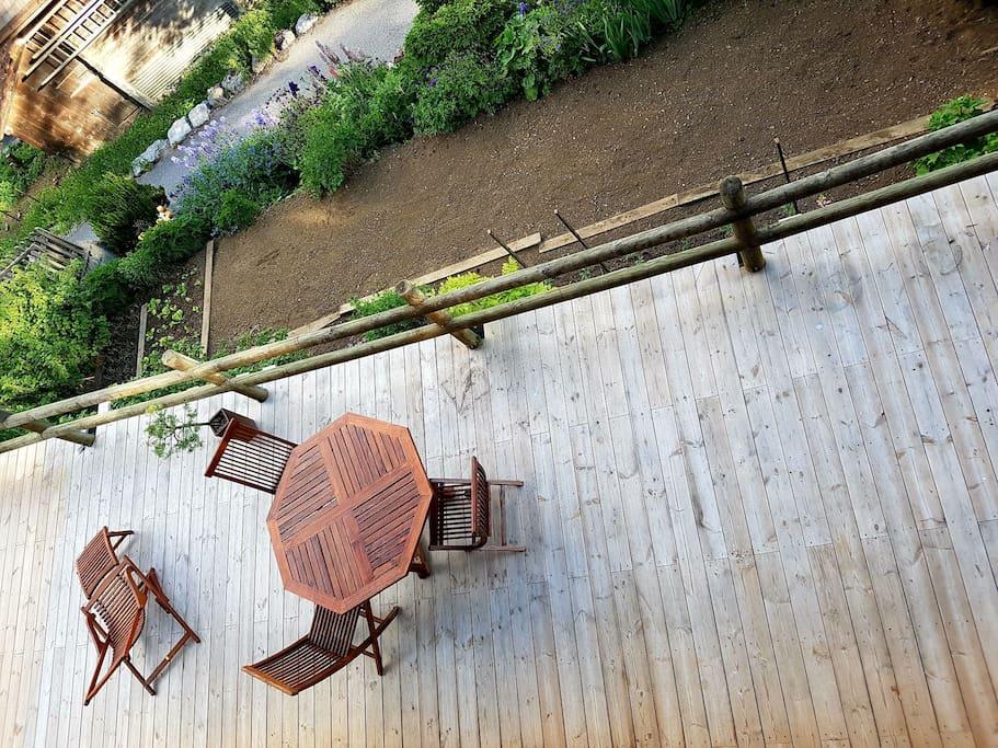 La terrasse donnant sur le potager du chalet