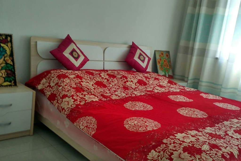 两个床头柜上的布艺原创烟烫画来自新疆的邻国吉尔吉斯斯坦,纯粹手工
