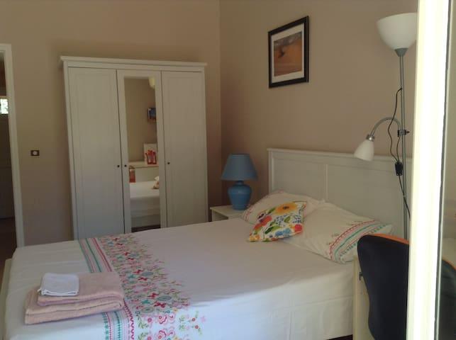 chambre intime et cosy sur jardin, Wifi, parking