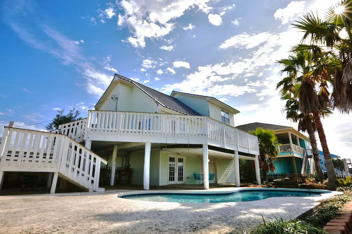 BRIGHT AND AIRY BEACH HOME WITH A PRIVATE POOL!