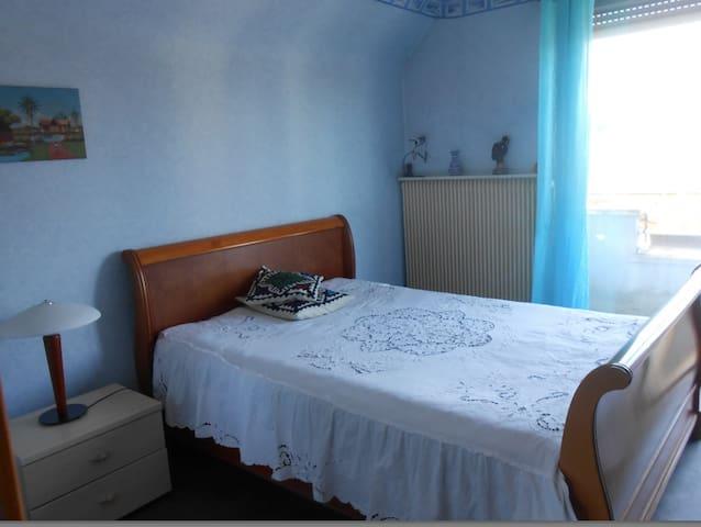 Chambre calme avec balcon au vert - Wittenheim - House