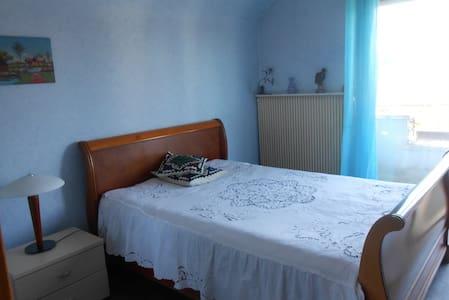 Chambre calme avec balcon et SDB privée - Ev