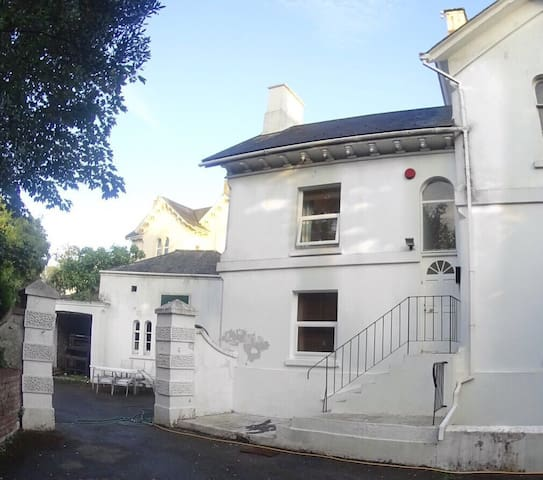 Victorian townhouse, close to city centre