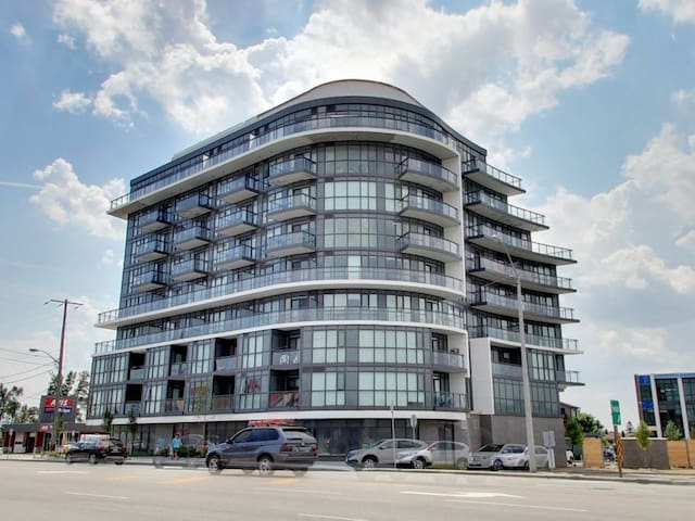Stunning 2 bedroom + Den Suite near Yorkdale Mall
