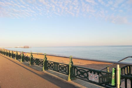 Lovely bright room right by the seafront - Hove - Apartment