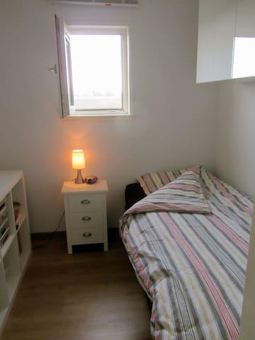 De eenpersoonskamer. The single bedroom.