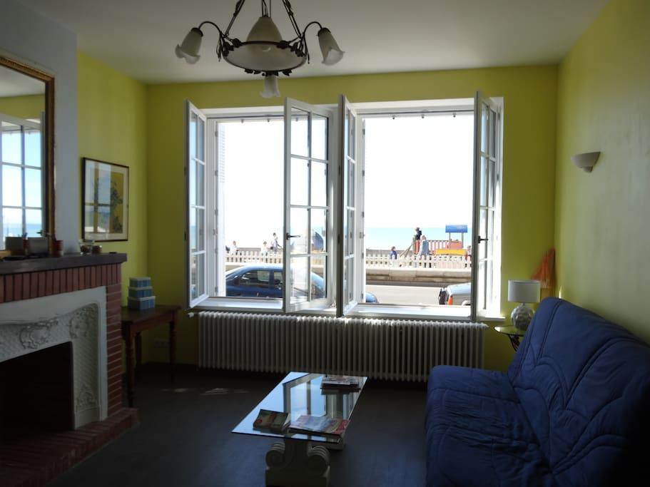 Le salon avec vue sur la mer et un canapé lit double