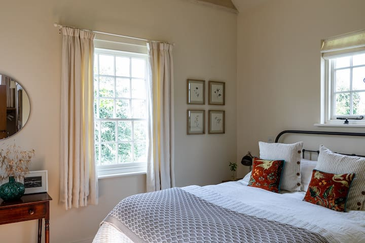 The bedroom with a gorgeous kingsize bed, superior comfortable mattress and linen bedding