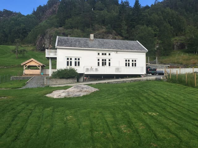 Farmhouse by the fjord. - Tyssebotnen