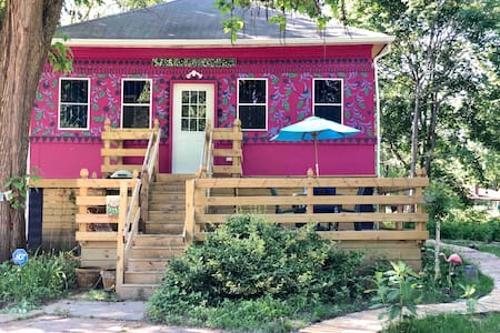The Sparkle ART House - 5 min drive to the beach!