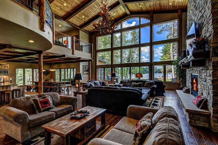 Plush lakefront lodge w/hot tub, dock,theater room, game room