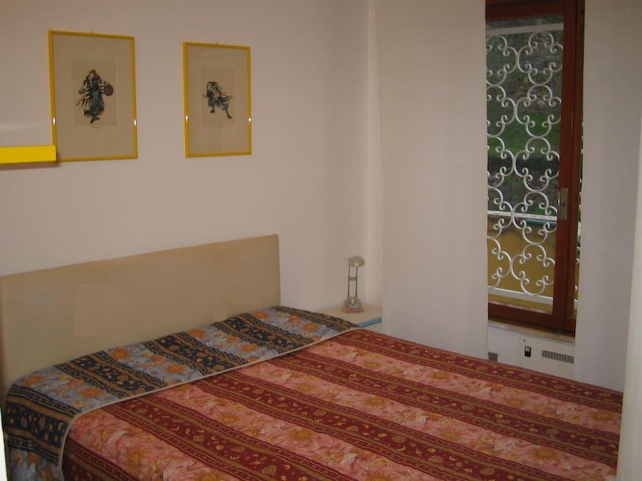 La camera da letto matrimoniale è confortevole e dotata di ampia finestra