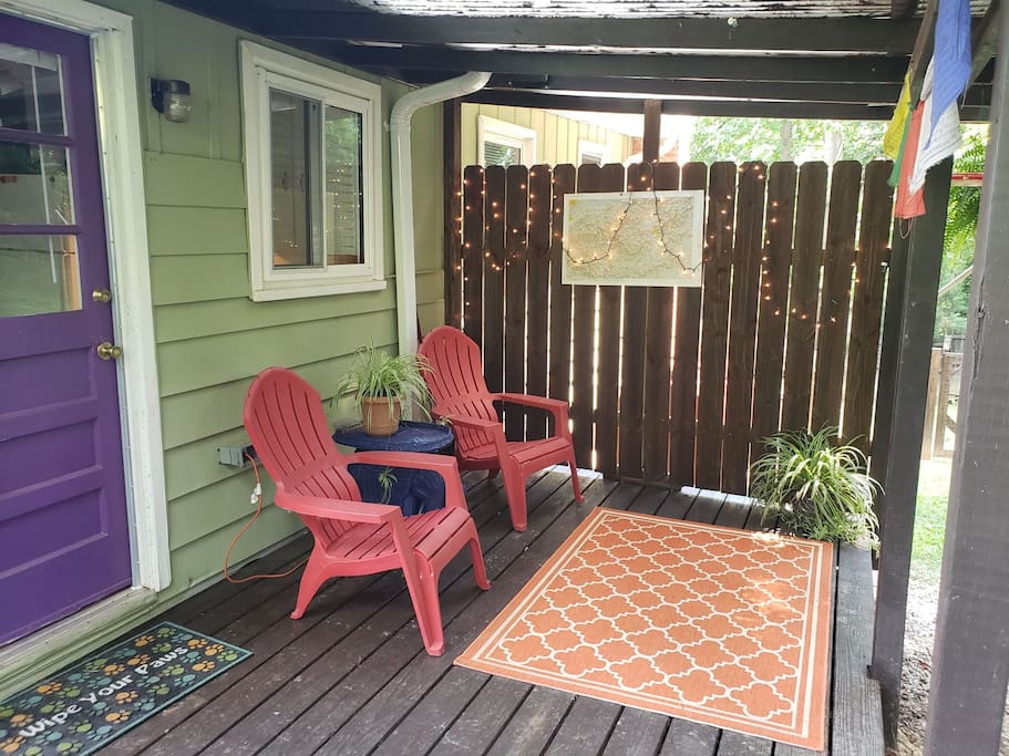 Private covered back deck to enjoy a cold beer while your dog plays in yard