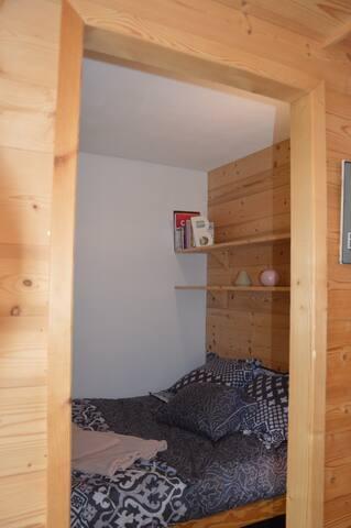 Chambre alcôve avec un lit double