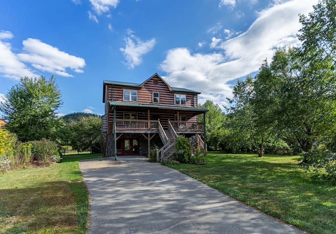 Andrews River Haven · AR-River Front, Cozy, Fun for Kids, Pet Friendly!
