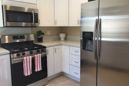 Bright Getaway close to Downtown SD - National City