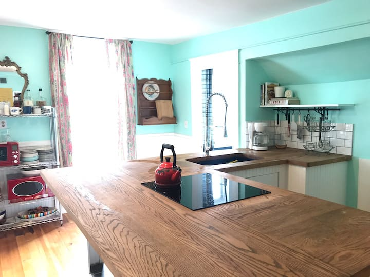 *Long term Winter Special* Downtown 2br w/Balcony