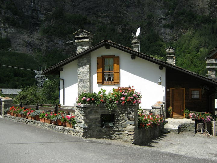 Casa di montagna  con  parcheggio  pubblico.