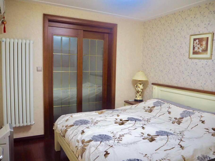 主卧(带门锁):2*1.8m 双人床,空气净化器,空调