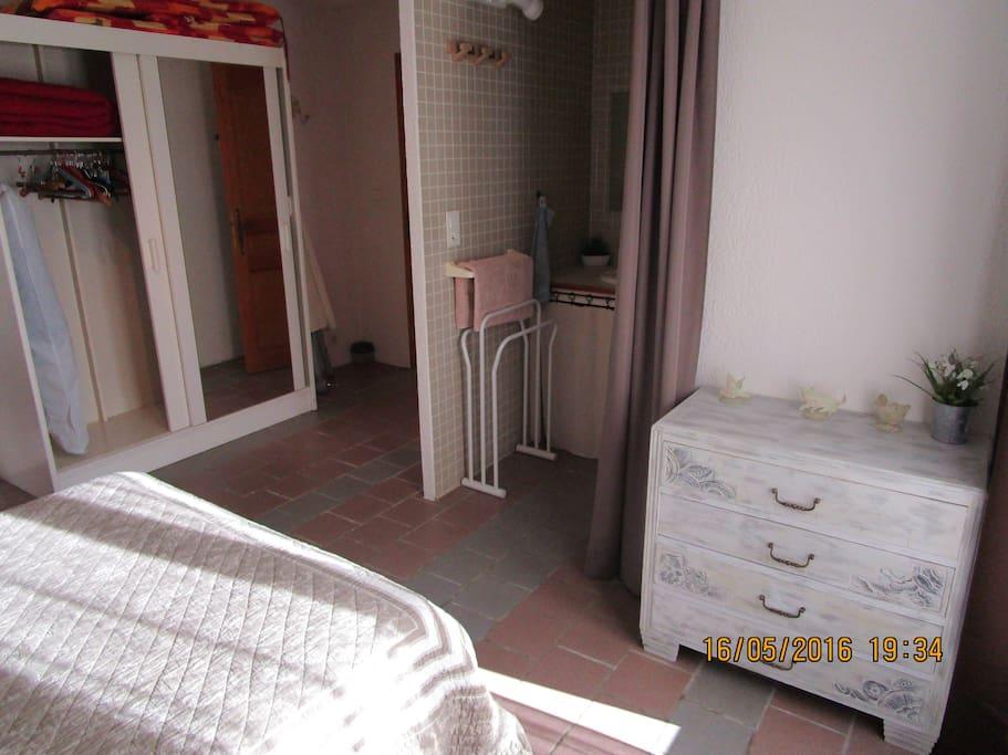 Chambre avec salle de bain.