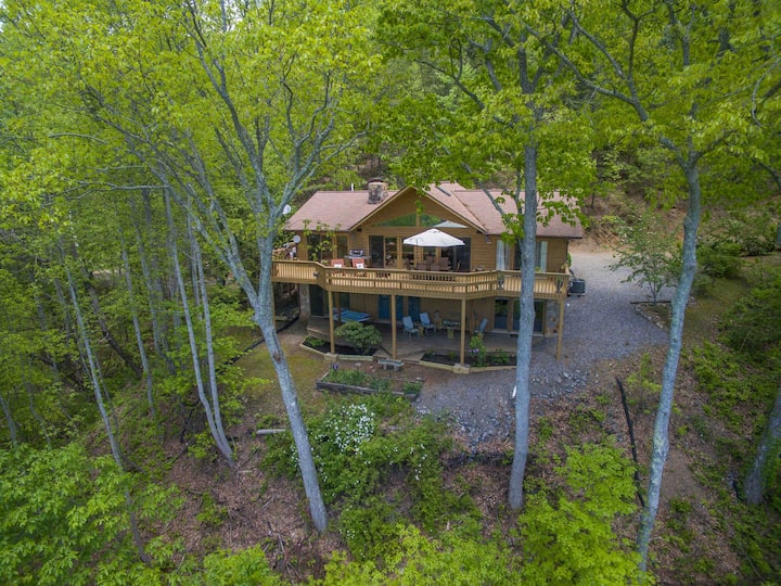 Spectacular Views, Secluded, Hot Tub, Fireplace!