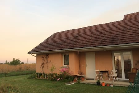 Charming home, quietness, birds singing, sunsets - Rumah