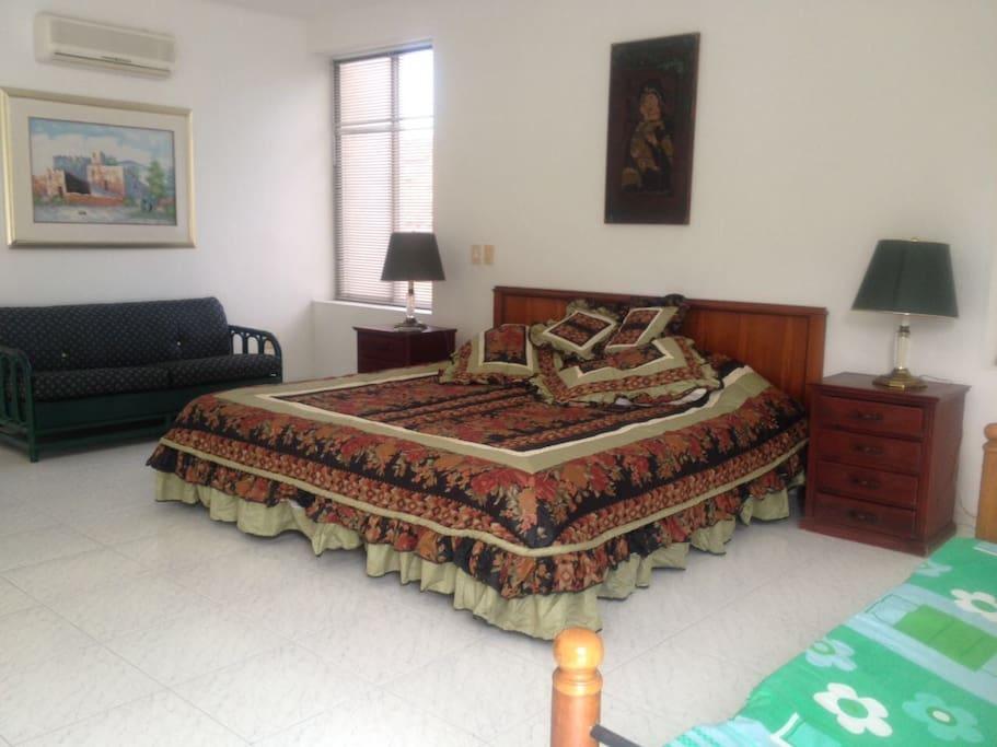 Cama king  y sofá cama doble, segundo nivel