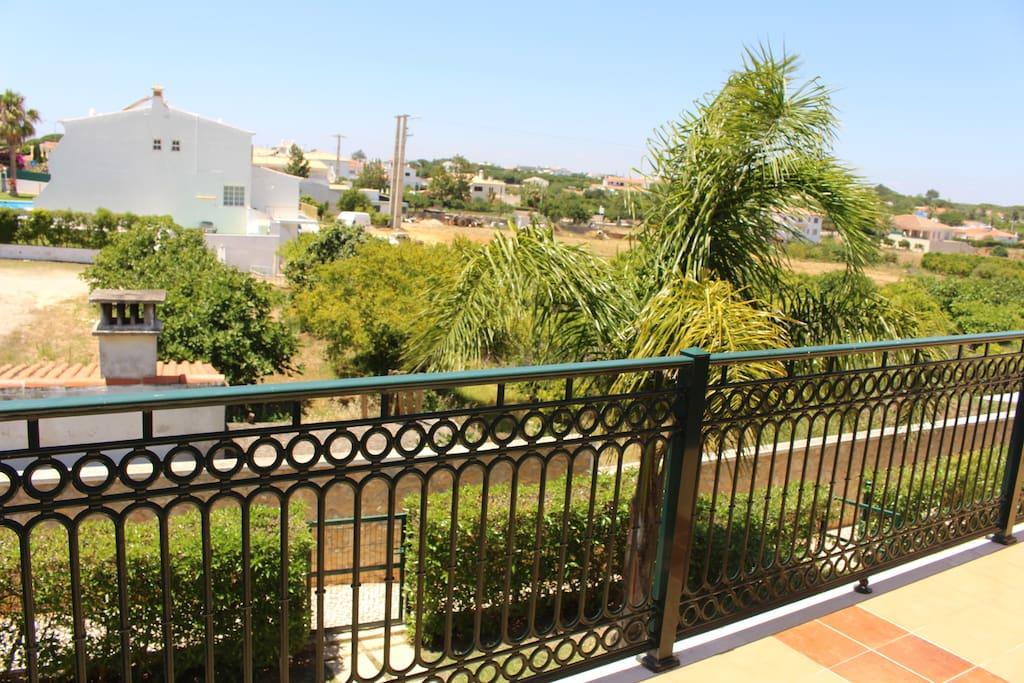 vu côté ouest sur terrasse chbres avec le couché de soleil sur les palmiers et orangers.pas de vis a vis terrain agricole