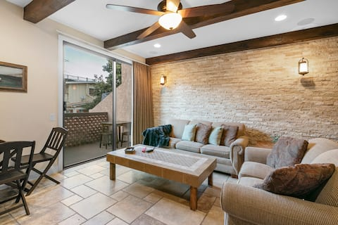 A06: Renovated Townhouse Style Condo, Common Pool & Jacuzzi