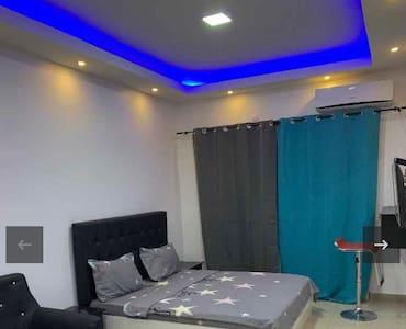 Suite, Studio meublé climatisé à Thiès ville
