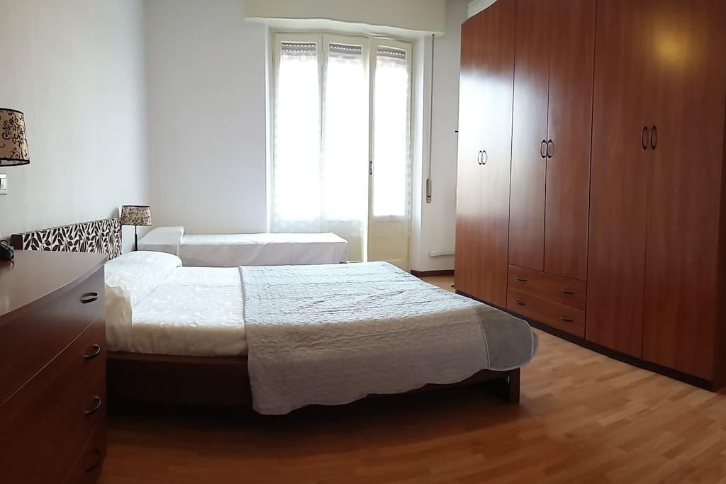 Camera con armadio,cassettone,comodino e condizionatore. Letto matrimoniale più singolo.
