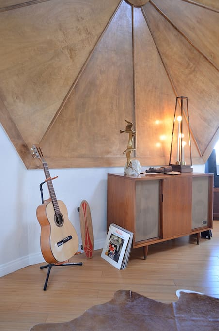 Original vintage furnishing, great acoustics.