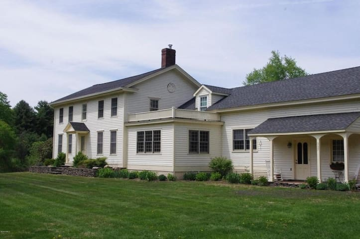 A Fun Farmhouse - Great Barrington - Huis