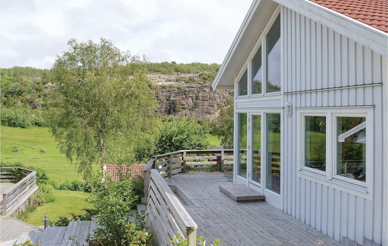 Holiday cottage with 2 bedrooms on 56m² in Fjällbacka