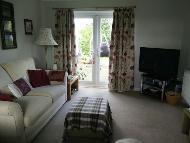 Lovely quiet & spacious room. B&B Close to Cadwell