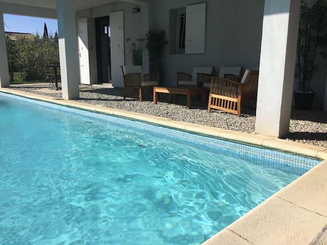Suite privée avec cuisine 50 M2 bord de piscine
