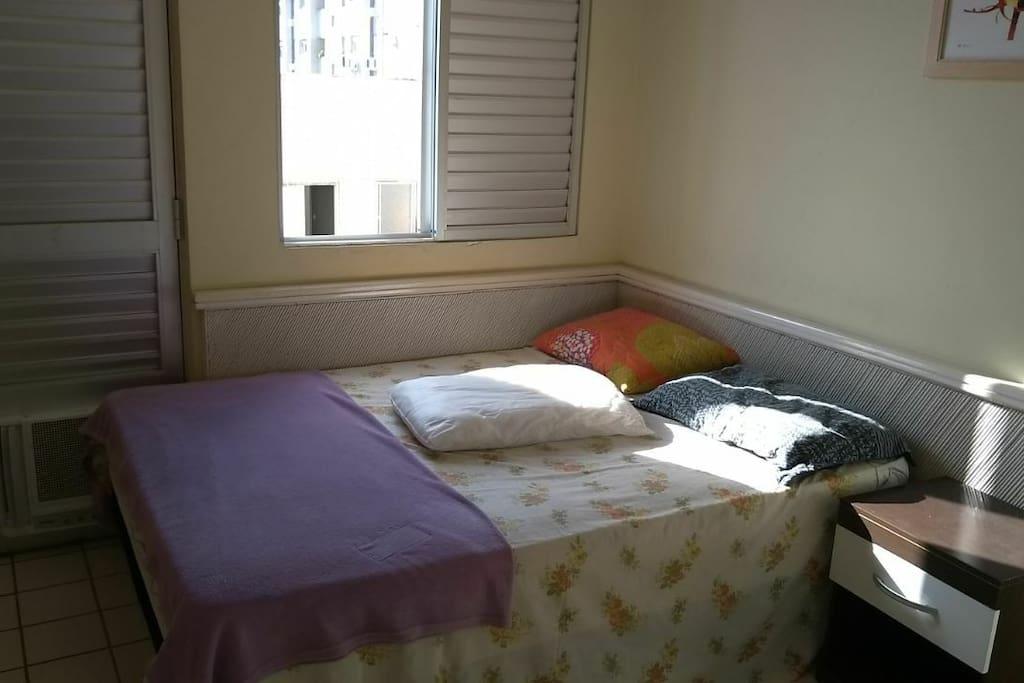 quadro do primeiro andar, cama de casal e 2 colchões de solteiro.