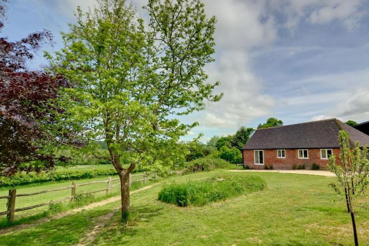 Holiday home offering stunning views across the valley in the village of Sedlescombe