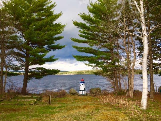 Lakefront cottage sleeps 6 near Mahone Bay