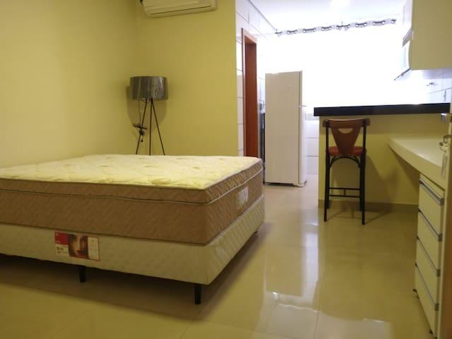 Cama box de molas ensacadas com conforto extremo. Terá ótimas noites de sono.