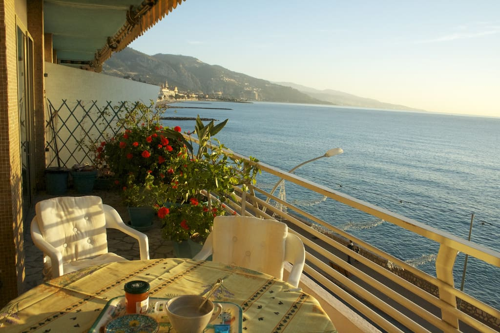 Noël au balcon. Habituel petit-déjeuner sur la terrasse. En hiver le soleil pénètre jusqu'au fond de l'appartement.