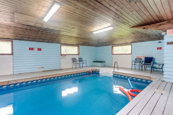 Indoor heated pool +Sauna+firepit, 8bedrooms