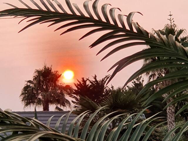 Sunset on Sirrah  - Art inspired studio near beach