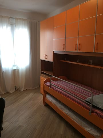 Cameretta due letti + 1 a scomparsa con scrivania. Bedroom with 2 single beds+ one additional  foldaway bed + desk.