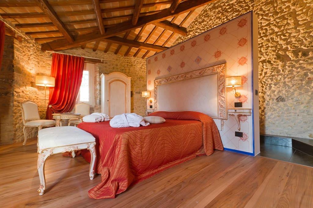 Torre medievale di 3 piani con vasca idromassaggio a for 2 piani di camera da letto e 2 bagni