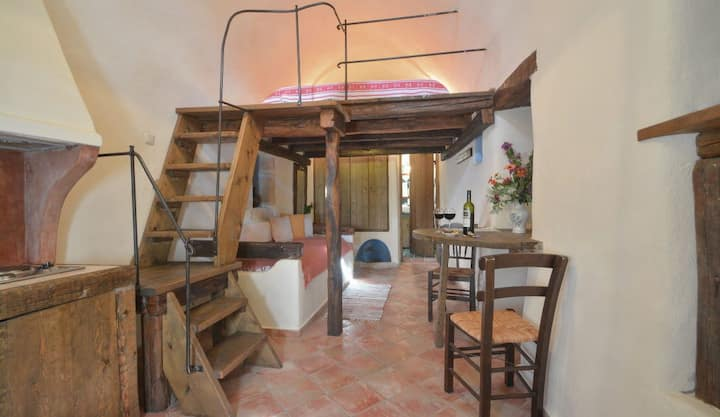 Traditional Guesthouse | Old winery room